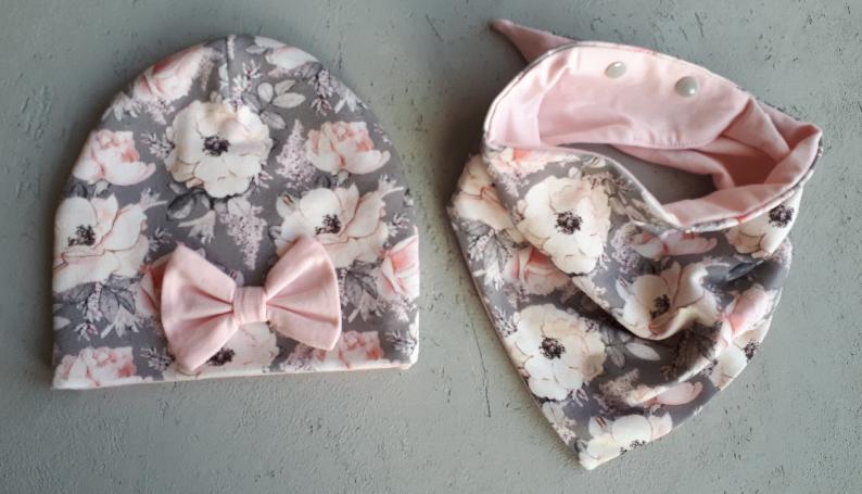 9f8bc2a65e5a56 Wiosenny komplet czapka, chusta na regulowane napy. Kwiaty na szarym ...